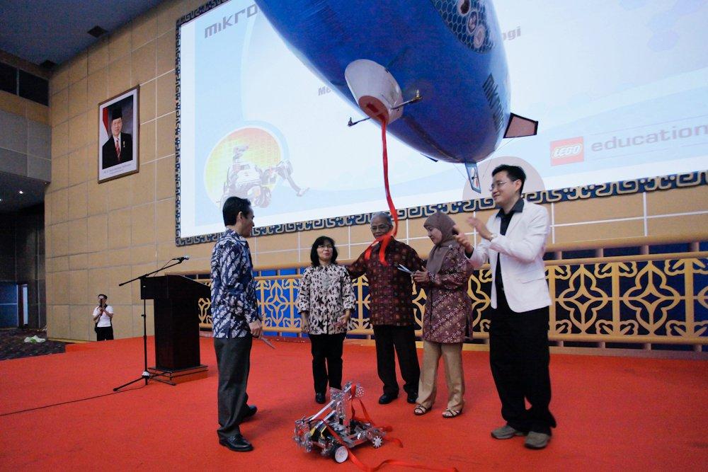 Pengalaman Mengikuti Indonesian Robotic Olympiad (IRO) 2011: Brain Machine (BM)-400 (3/6)